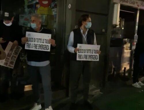 Protestano i commercianti a Napoli, spente le luci dei negozi