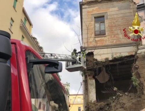 """Napoli, crolla muro adiacente chiesa """"Rosariello"""" in via Cavour"""