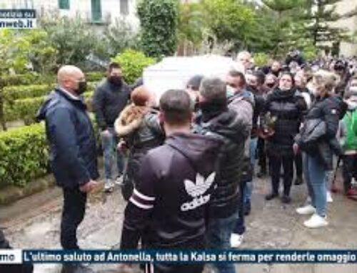 PALERMO – L'ULTIMO SALUTO AD ANTONELLA, TUTTA LA KALSA SI FERMA PER RENDERLE OMAGGIO