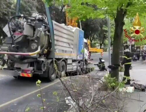 Roma, cede l'asfalto. Un'autocisterna finisce in una voragine