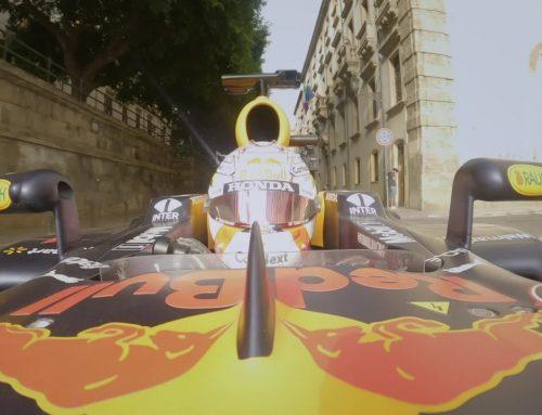 A Palermo sfreccia un'auto di Formula 1